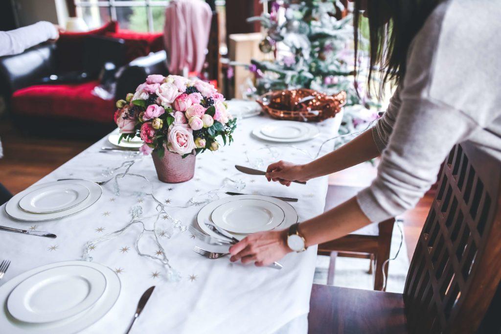 kelnerka nakrywająca stół
