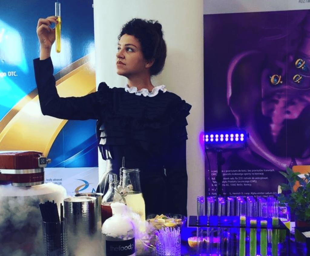Maria Skłodowska-Curie z drinkiem molekularnym